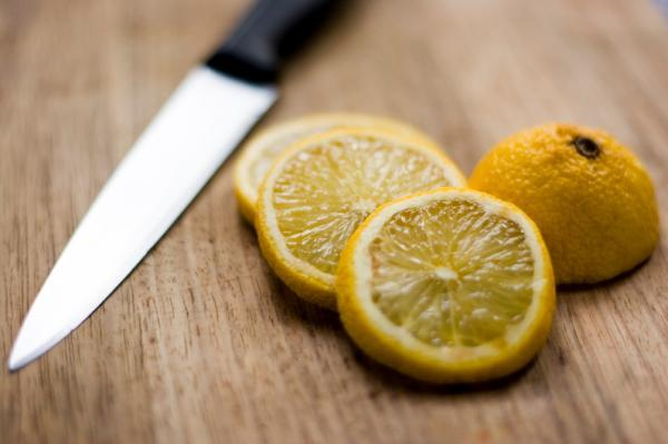 Lemon slices to remove stains