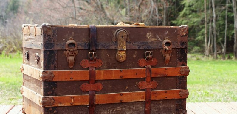 How to Paint a Wooden Trunk Yourself?